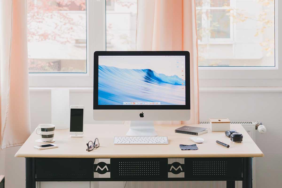 Come arredare casa per lavorare in smart working: scrivania in living room